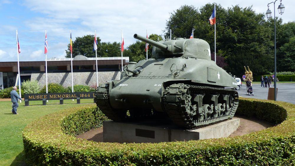 ein Sherman-Panzer vor dem Museum